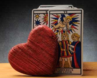 Kartenlegen für die Liebe: Welche Kartendecks und Legesysteme sind für Beziehungsfragen besonders geeignet?